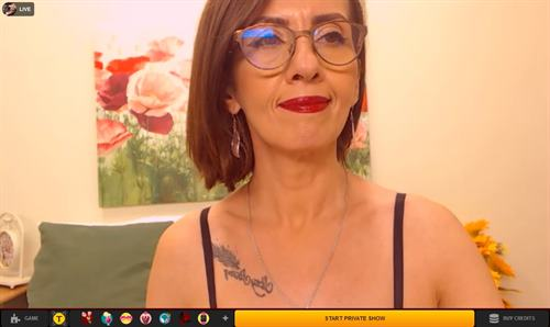 Tattooed brunette cougar on LiveJasmin